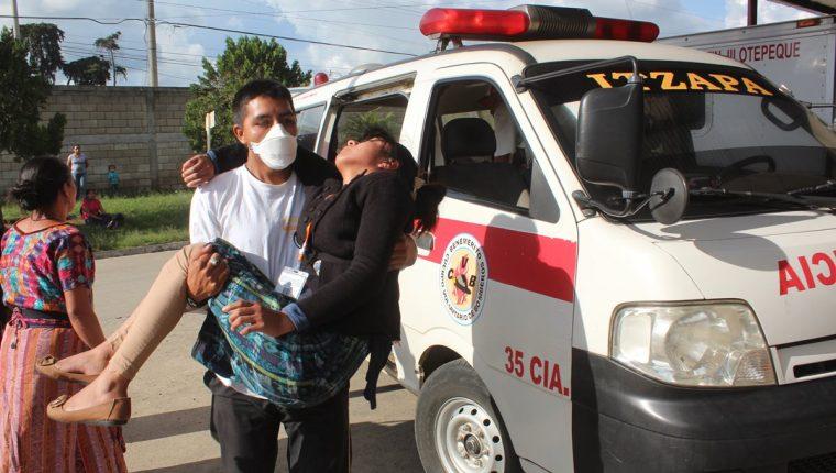 Una de las afectadas es trasladada por un socorrista al Hospital Nacional de Chimaltenango. (Foto Prensa Libre:Víctor Chamalé)