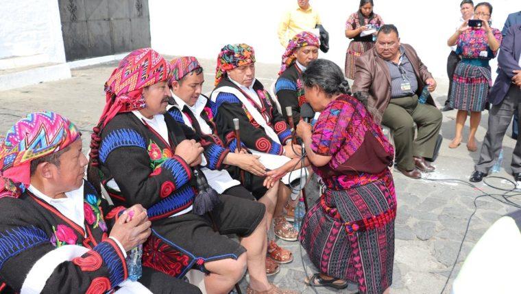 Sebastiana Morales pide perdón a las autoridades indígenas de Chichicastenango. (Foto Prensa Libre: Héctor Cordero)