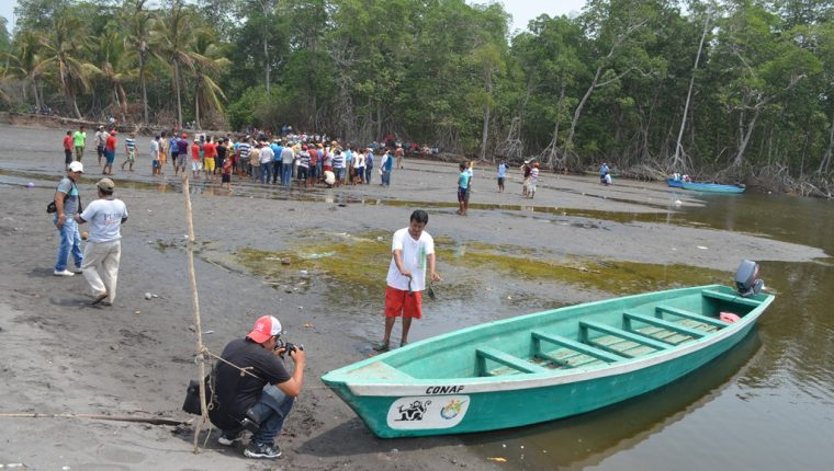 Pobladores y pescadores artesanales de Retalhuleu afrontan problemas para pescar porque bocabarra se encuentra azolvada. (Foto Prensa Libre: Jorge Tizol).
