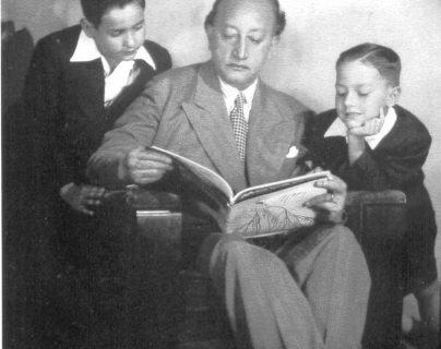 Miguel Ángel Asturias, escritor guatemalteco y premio Nobel de Literatura 1967, junto a sus hijos Rodrigo y Miguel Ángel. (Foto: Hemeroteca PL)