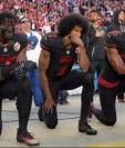 Colin Kaepernick, quaterback de los San Francisco 49ers, empezó su protesta durante la pretemporada de fútbol americano. (Foto Prensa Libre: BBC Mundo)