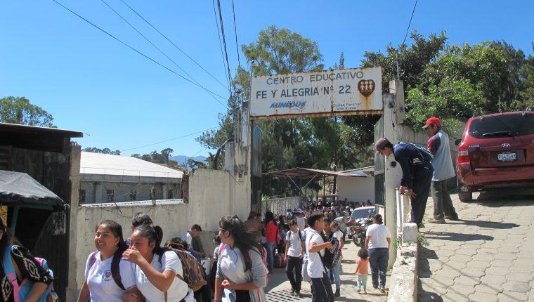 En la escuela Fe y Alegría ubicada en Peronia, Villa Nueva, se tuvo que limitar la atención por falta de presupuesto. (Foto Prensa Libre: Ana Lucía Ola)