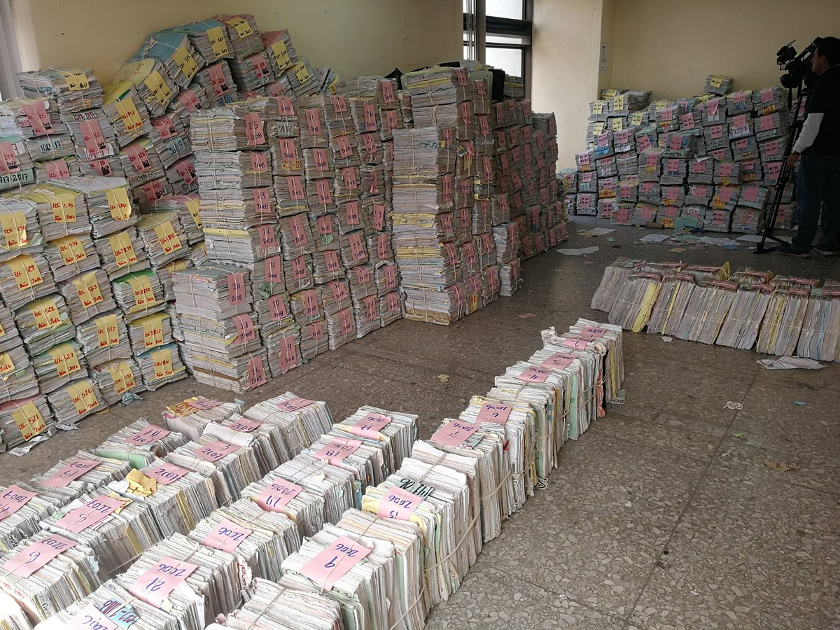 Miles de expedientes desde 1999 a la fecha fueron trasladados de la Torre de Tribunales a la zona 7. (Foto Prensa Libre: Kenneth Monzón)