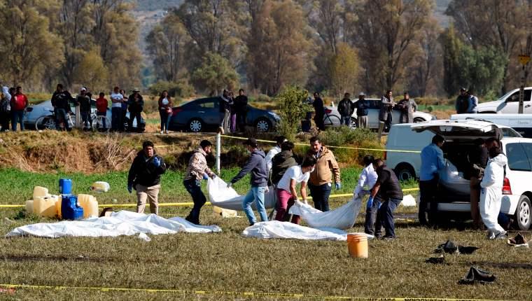 Sube a 79 cifra de muertos al explotar toma clandestina de gasolina en México México, 20 ene (EFE).- La cifra de muertos en la explosión durante el robo de gasolina en un oleoducto en Tlahuelilpan, en el estado mexicano de Hidalgo, aumentó de 73 a 79 personas con el fallecimiento de seis personas en el hospital.