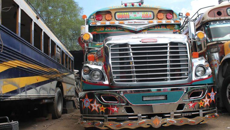 Los autobuses interurbanos como éste se restauraron con cromo y elaboraron trabajos de pintura personalizados, pero debajo de la superficie hay clunkers. (Foto Prensa Libre:  Martha Pskowski/The Guardian