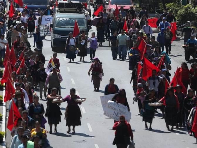 Manifestantes caminaron de la antigua sede de la embajada de España hacia la CSJ, en conmemoración de la muerte de 37 personas en 1980. (Foto Prensa Libre: Érick Ávila)