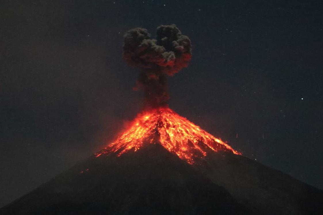 La madrugada de este sábado el coloso sorprendió con fuertes retumbos. (Foto Prensa Libre: Carlos Paredes)