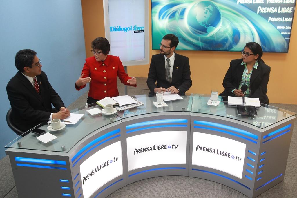 Los panelistas Jordán Rodas, del Cang, y los politlólogos de la Usac Geidy de Matta y Jorge Wong, analizan la resolución del caso Cooptación. (Foto Prensa Libre: Estuardo Paredes)