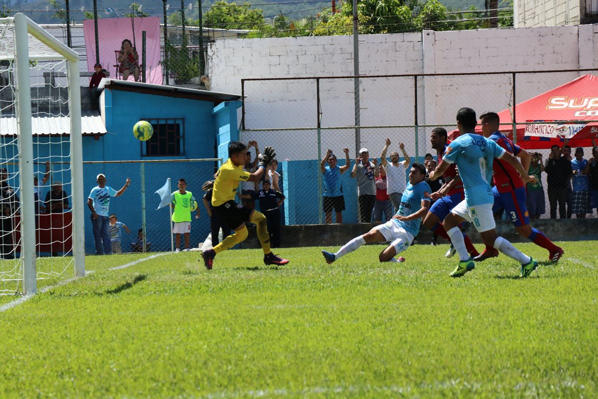 Isaac Acuña anotó el primer gol de Sanarate frente a Xelajú MC. (Foto Prensa Libre: Hugo Oliva)