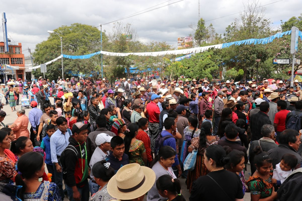 Pobladores manifiestan en apoyo a líder indígena. (Foto Prensa Libre: Héctor Cordero).