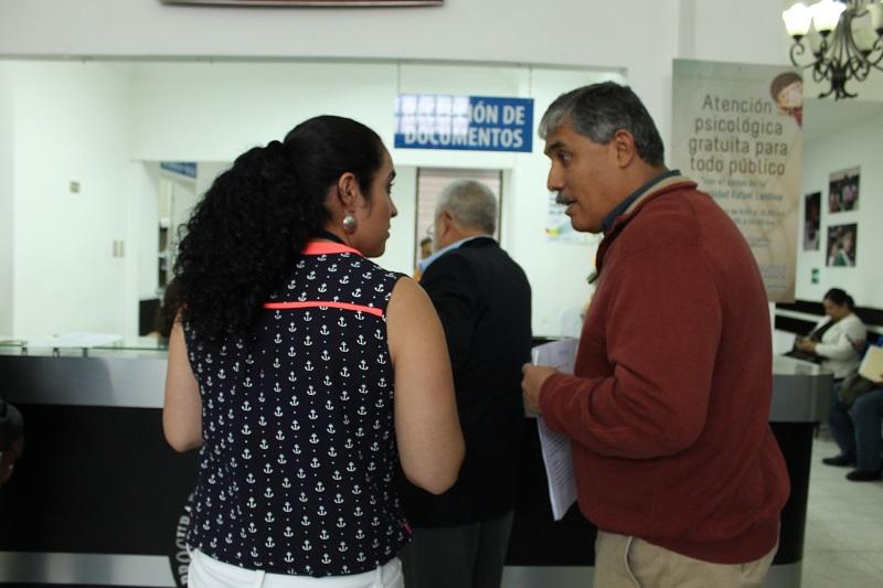 El director del Liceo Javier acudió a la PDH a presentar una denuncia contra el Mineduc. (Foto Prensa Libre: Cortesía PDH).