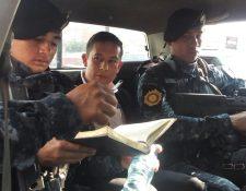 Mynor Francisco Leonardo Cerón es trasladado por la Policía luego de ser detenido en la zona 9 capitalina. (Foto Prensa Libre: PNC)