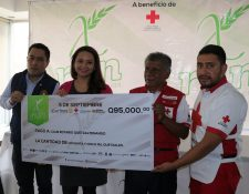 Organizadores de la carrera XRun Xela entregaron un cheque simbólico a los representates de Cruz Roja delegación Quetzaltenango. (Foto Prensa Libre: Raúl Juárez)