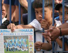Sin importar los colores, la Selección Nacional unía a los aficionados guatemaltecos. (Foto Prensa Libre: Hemeroteca PL)