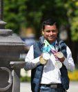 Érick Barrondo muestra con orgullo las medallas que atesora con especial cariño. (Foto Prensa Libre: Fernando López)