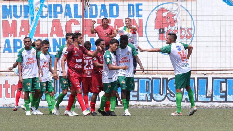 Jugadores de Malacateco y Siquinalá muestran su apoyo a Marvin Ávila después de los insultos racistas de la afición de los Toros al jugador naranjero. (Foto Prensa Libre: Raúl Juárez)