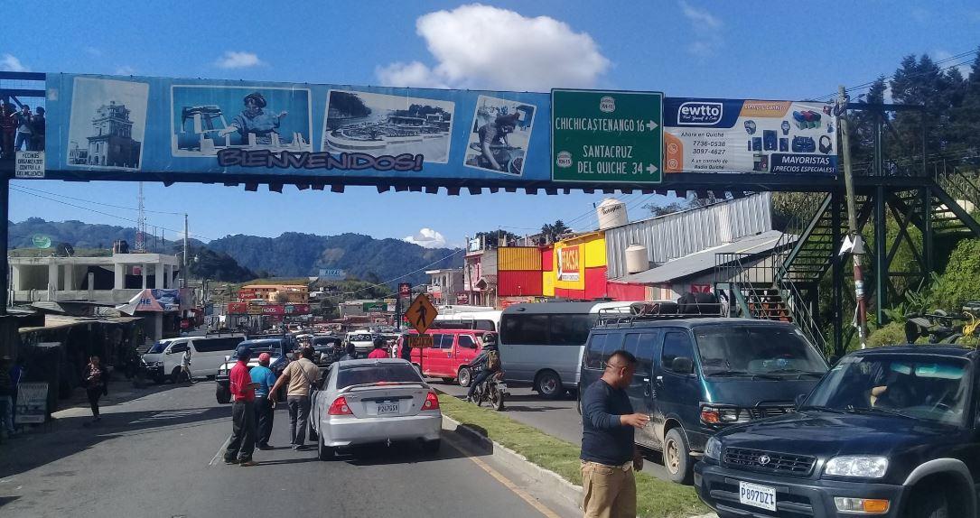 Los transportistas bloquean el kilómetro 123 de la ruta Interamericana, Los Encuentros, Sololá. (Foto Prensa Libre: Héctor Cordero)