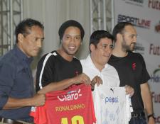 Ronaldinho compartió sus impresiones en Guatemala y dice que se prepara para el Clásico de la Alegría. (Foto Prensa Libre: E. Bercián)