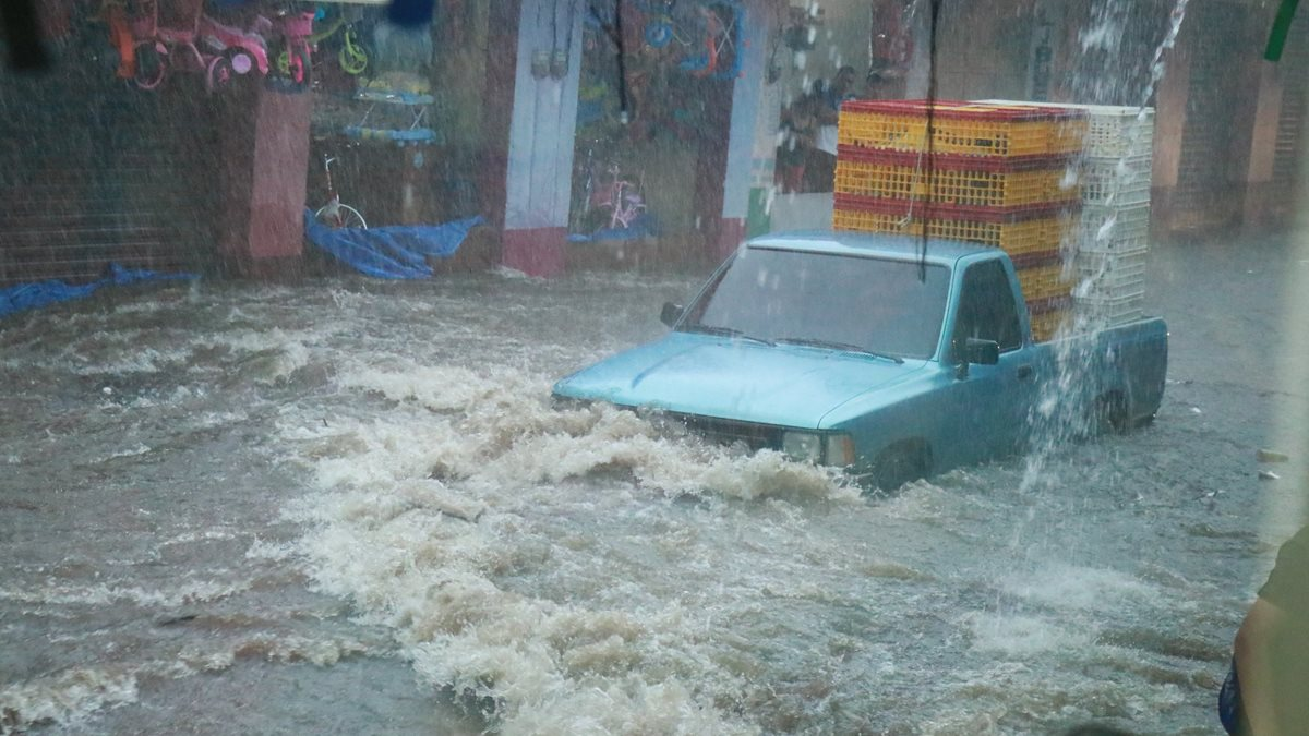 Uno de los vehículos que fue arrastrado por una correntada en el centro de Mazatenango, Suchitepéquez. (Foto Prensa Libre: Cristian Icó)
