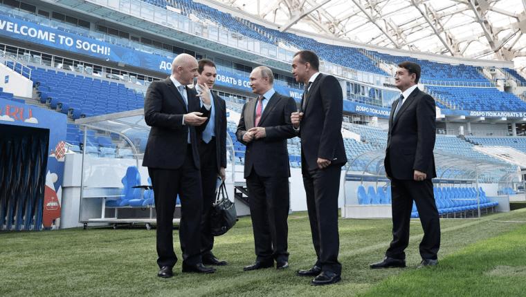 El presidente Vladimir Putin comparte con Gianni Infantino en el estadio de Sochi. (Foto Prensa Libre: AFP)