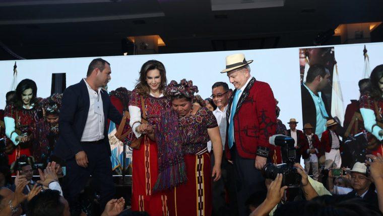 Una mujer ixil le coloca la vestimenta tradicional de Nebaj, Quiché, a Zury Ríos. (Foto Prensa Libre: ërick Ávila)