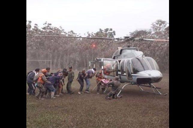 Momento en que la familia Ovalle junto a dos guardias de seguridad son rescatados de una finca en comunidad Los Lotes, Escuintla. (Foto Prensa Libre: Conred)