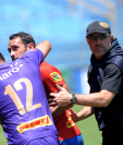 Gastón Puerari observa a un aficionado rojo que lo insultó durante el juego contra Malacateco. Lo calman Paulo Motta y el técnico Gustavo Machaín. (Foto Prensa Libre: Edwin Fajardo)