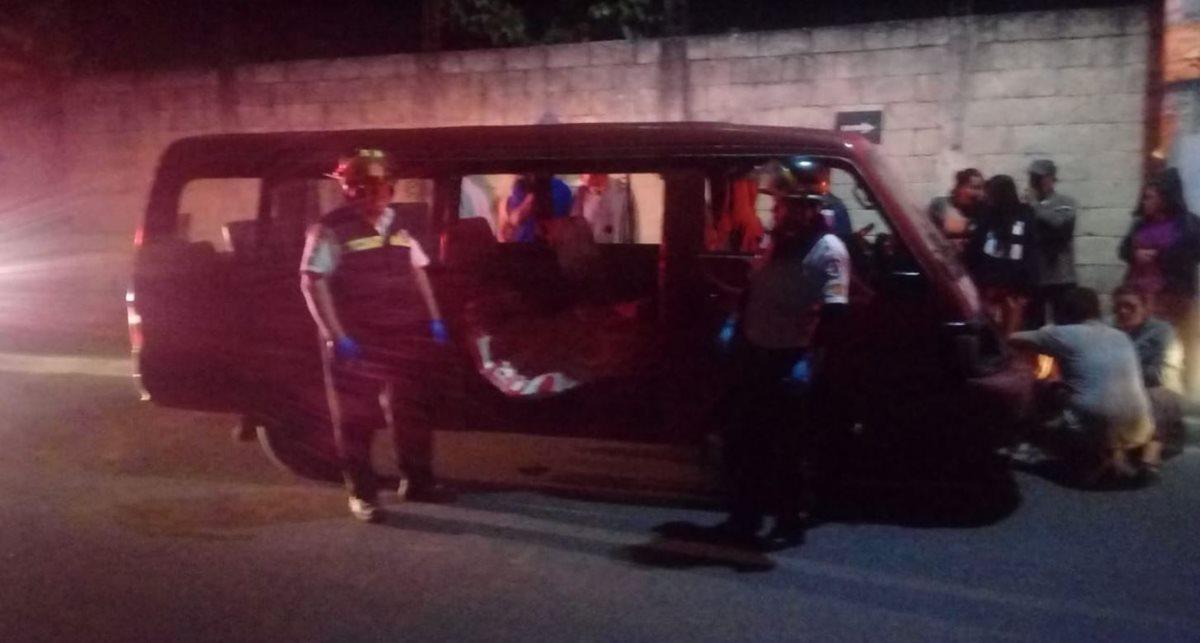 Rescatistas observan uno de los fallecidos dentro del microbús atacado a balazos en Villa Canales, este viernes por la noche. (Foto: Bomberos Voluntarios)