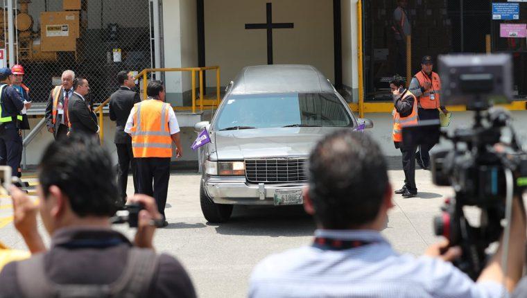 Vehículo con los restos de Claudia Gómez sale del Aeropuerto Internacional La Aurora. (Foto Prensa Libre: Esbin García)
