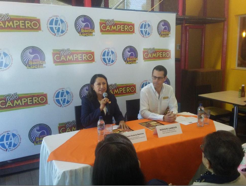Josefa Ramírez, vocal segunda de la junta directiva del Comité Pro Ciegos y Sordos junto a Rodolfo Lambour, director de Operaciones de Pollo Campero. (Foto Prensa Libre: Pedro Barrera)