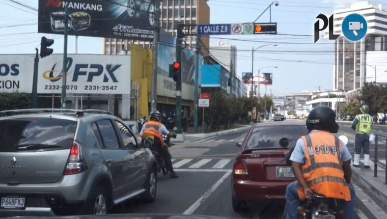 Solo el 15 por ciento de los semáforos de la capital están sincronizados, según la PMT. (Foto Prensa Libre: Youtube)