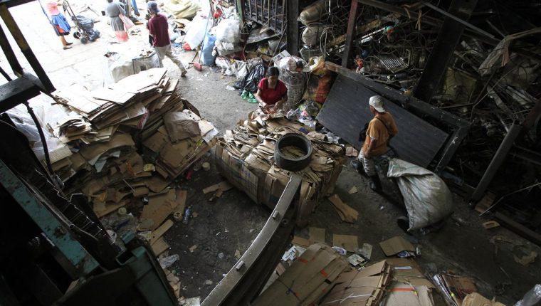 Clasificar los desechos es importante para lograr procesos de reciclaje en Guatemala. (Foto Prensa Libre: Carlos Hernández Ovalle)