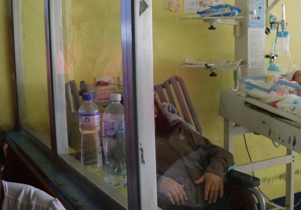Paola Vargas permanece junto a su hija en el Hospital Nacional de Jalapa. (Foto Prensa Libre: Hugo Oliva).