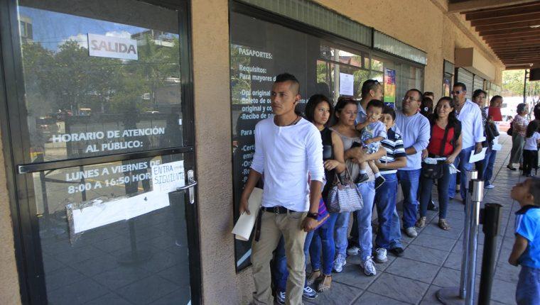 El desabastecimiento de cartillas en Migración ha causado molestias en los solicitantes. (Foto: Hemeroteca PL)
