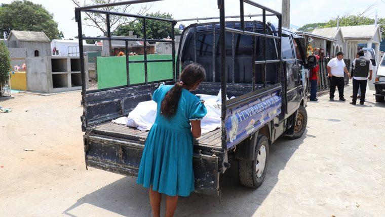 Gloria Pérez Hernández, tía de los fallecidos, observa los cadáveres de sus sobrinos. (Foto Prensa Libre: Mario Morales)