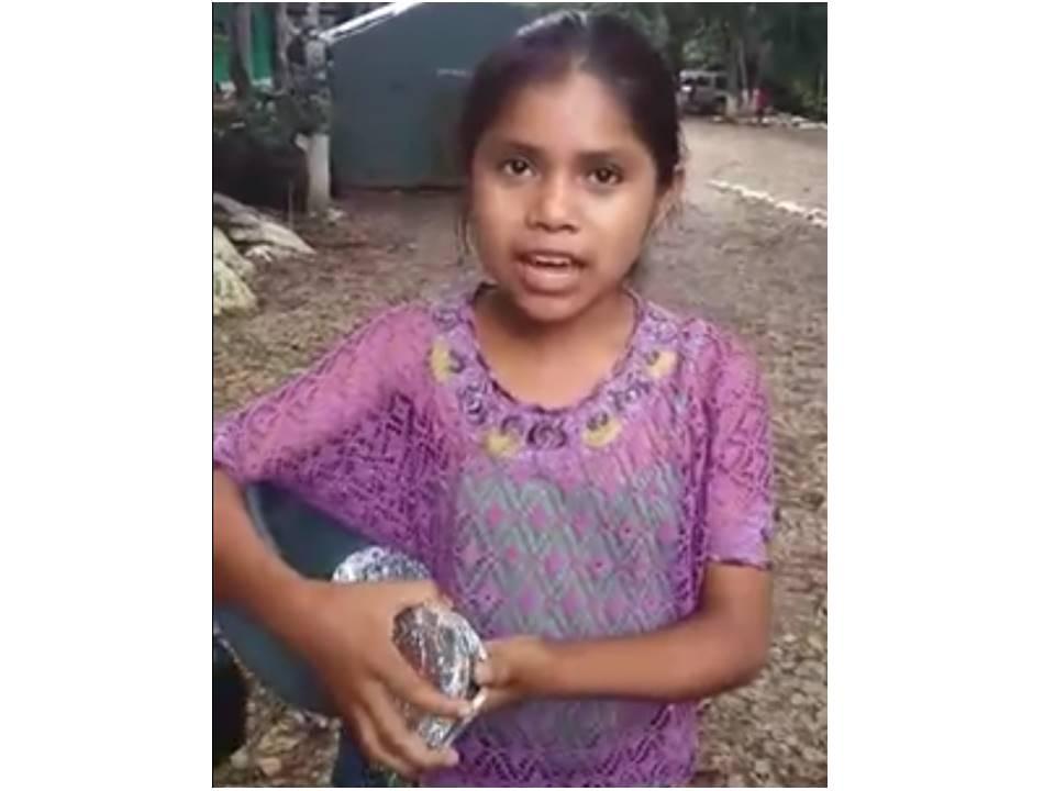 Una niña en Lanquín, Alta Verapaz, de nombre María, ofrece chocolate a turistas en siete idiomas. (Foto: Facebook)