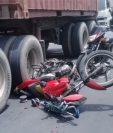 Así quedó la motocicleta luego del accidente. (Foto Prensa Libre: Amílcar Montejo)