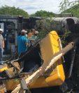 Tráiler accidentado bloquea el paso de vehículos en el puente Jones, ubicado en Río Hondo, Zacapa. (Foto Prensa Libre: Julio Vargas)
