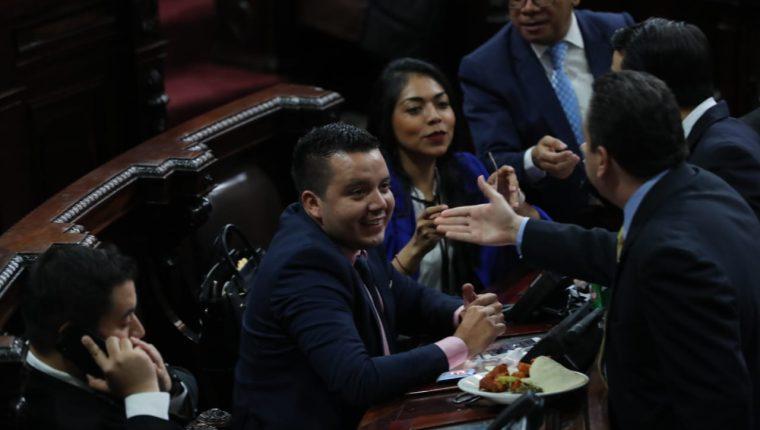 Varios diputados se acercan a felicitar a José Alberto Hernández Salguero, presidente de la Comisión Pesquisidora de los tres magistrados de la CC. (Foto Prensa Libre: Erick Ávila)