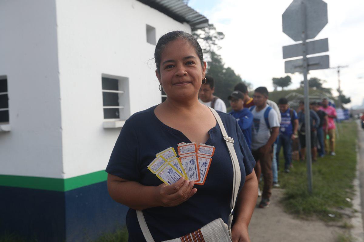 Ilse Sierra muestra con orgullo los boletos que compró para ver el partido Cobán Imperial vs Guastatoya. (Foto Prensa Libre: Edwin Fajardo)