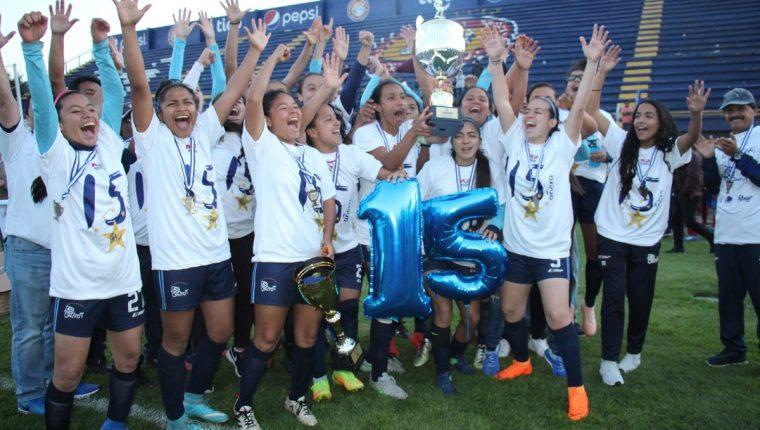 La jugadoras de Unifut celebran su título número 15 de la Liga Femenina de Futbol. (Foto Prensa Libre: Raúl Juárez)