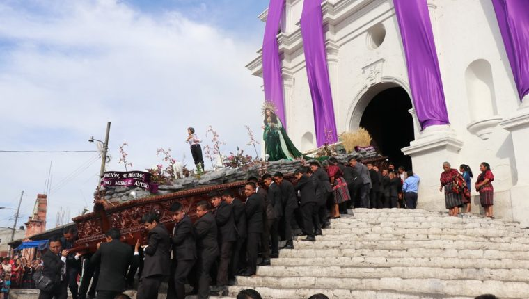 Imagen de la Virgen de Dolores es cargada en lugar del Jesús de los Mártires.(Foto Prensa Libre: Héctor Cordero)
