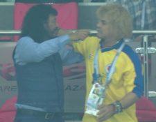 Así fue el momento en el que las dos leyendas del futbol colombiano festejaron el triunfo de su selección. (Foto Prensa Libre: Captura de Video)