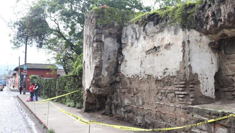 Paredes de varios inmuebles de Antigua Guatemala se agrietaron por el movimiento telúrico. (Foto Prensa Libre: Renato Melgar)