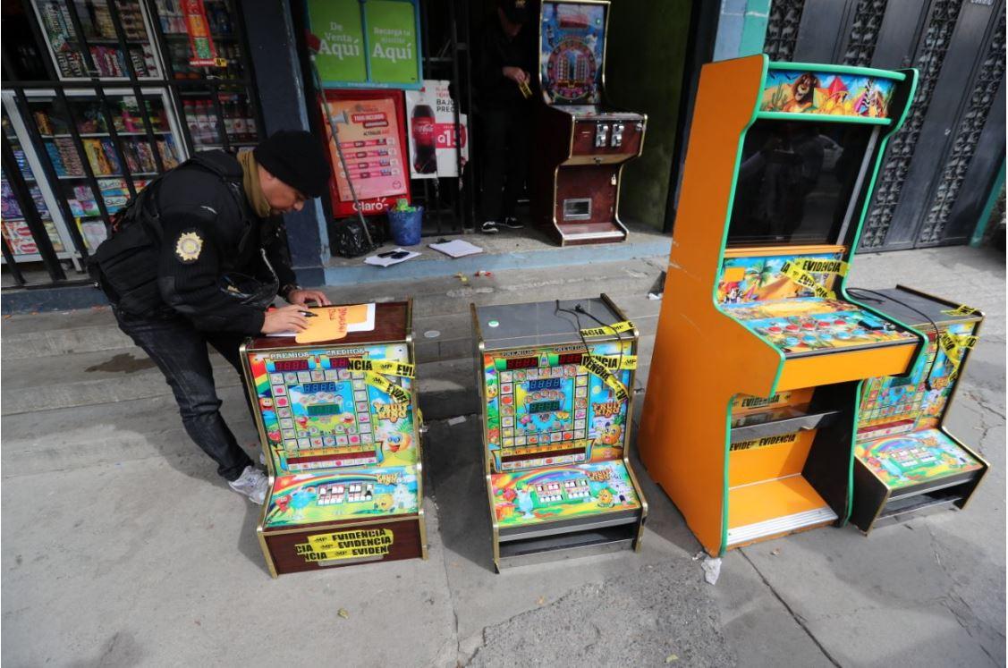 Policía decomisó unas 75 máquinas tragamonedas en Villa Nueva. (Foto Prensa Libre: Érick Ávila)