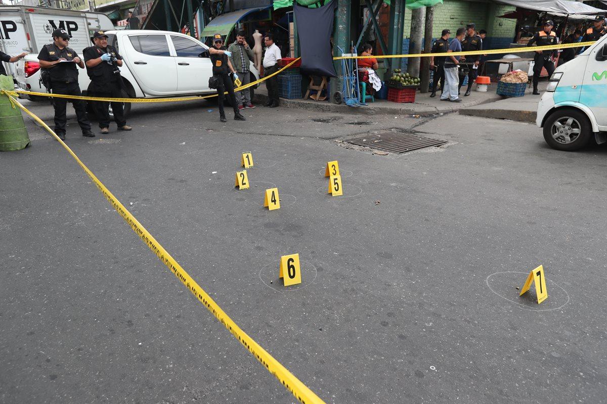 Peritos del Ministerio Público trabajan en el lugar donde Atacan vehículo comercial de Movistar en cercanías del Mercado la Parroquia, zona 6 resultando herido uno de los vendedores. (Foto Prensa Libre: Hemeroteca)
