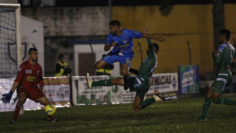 El delantero de Cobán imperial Danilo Guerra anotó doblete en el partido contra Suchitepéquez. (Foto Prensa Libre: Eduardo Sam)