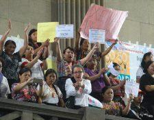 Organizaciones de mujeres presencian desde el palco cuando los diputados rechazan la paridad. Ellas expresaron a gritos su desencanto. (Foto Prensa Libre: Álvaro Interiano)
