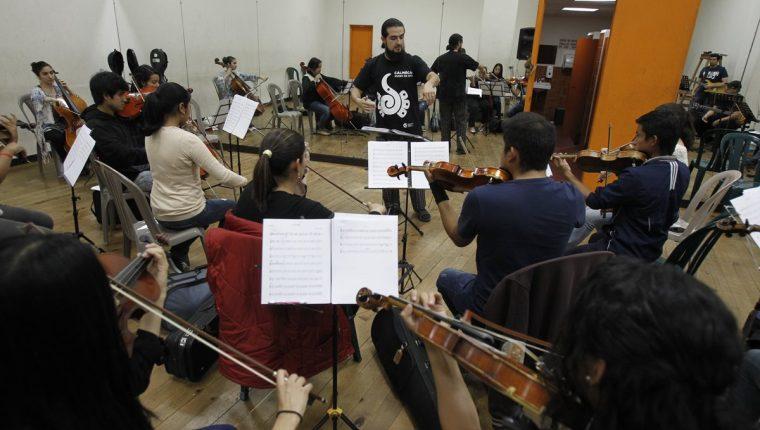 Veinticinco músicos fusionan los sonidos de la música clásica, el rock y la ópera para interpretar temas emblemáticos de Héroes del Silencio. (Foto Prensa Libre: Paulo Raquec)