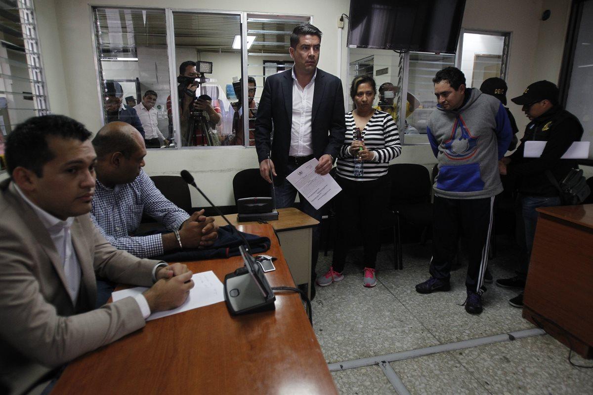 Capturados por colaborar con la fuga de la patrona mientras escuchaban los motivos de su detención por el juzgado undécimo de primera instancia penal. (Foto Prensa Libre: Paulo Raquec)